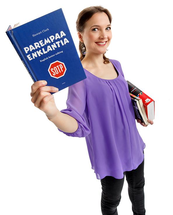 Kieltenopettaja Suvi Partanen esittelee oppimateriaaleja